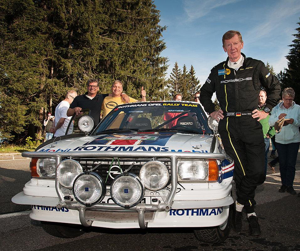 Walter Röhrl vor seinem ehemaligen Rallyeauto Opel Ascona 400. Im Hintergrund (links) die Besitzer Ralf Antweiler und Markus Schmitt.